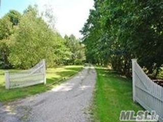 5 BR,  3.00 BTH Farm ranch style home in Laurel Hollow