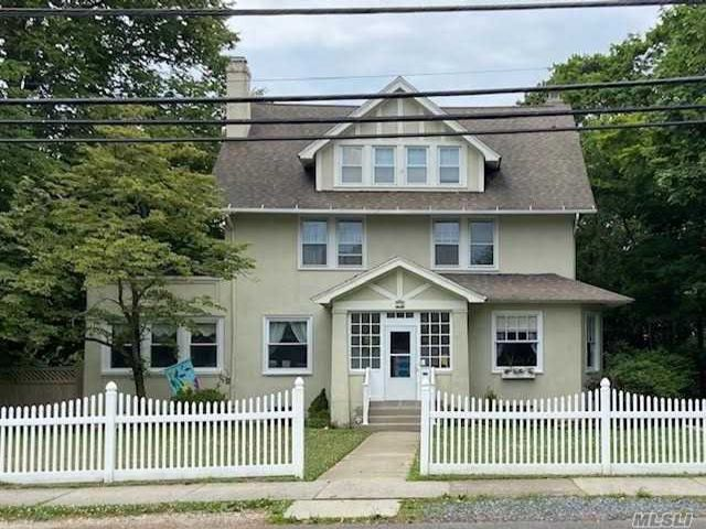 4 BR,  2.00 BTH  Colonial style home in Islip