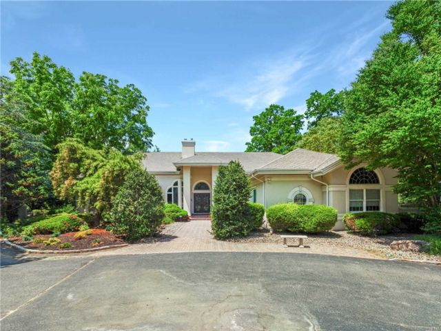 6 BR,  5.00 BTH Ranch style home in Muttontown