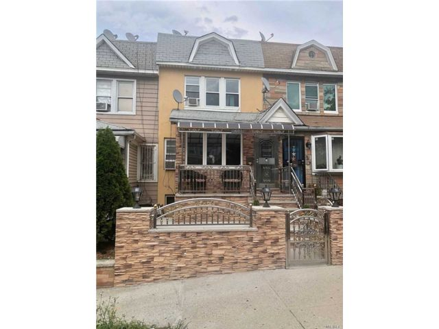 4 BR,  3.00 BTH Colonial style home in East Elmhurst