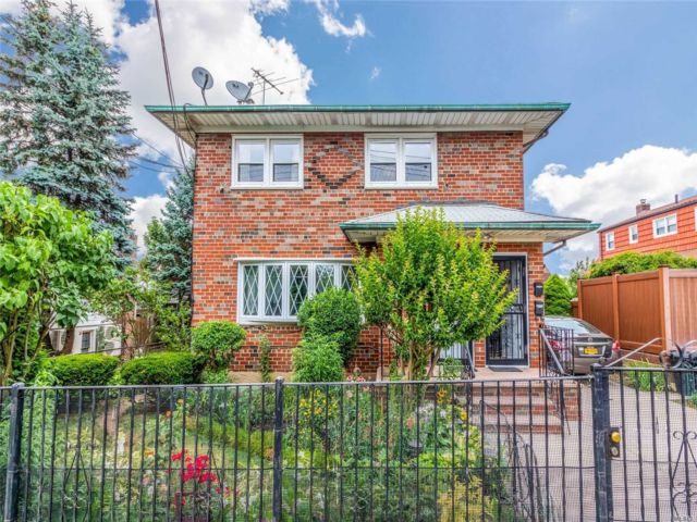 5 BR,  6.00 BTH Trilevel style home in Middle Village
