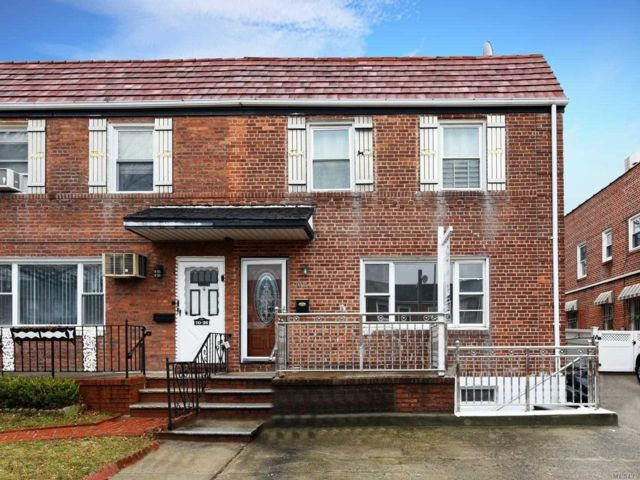 6 BR,  3.00 BTH Colonial style home in Briarwood