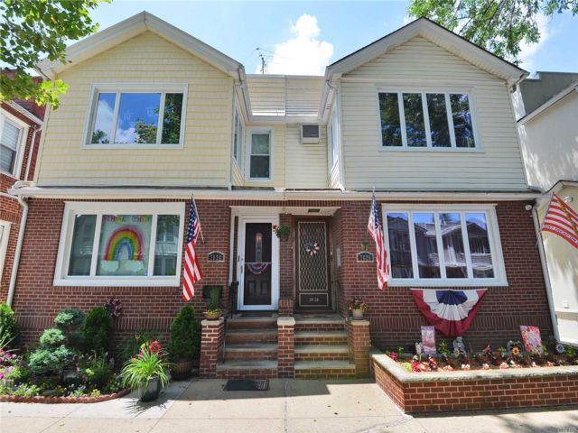 5 BR,  2.00 BTH Colonial style home in Glendale