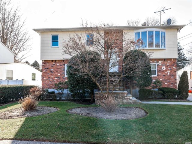 5 BR,  4.00 BTH Hi ranch style home in West Hempstead