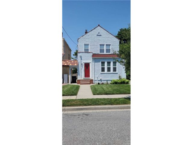 3 BR,  3.00 BTH Colonial style home in Garden City Park