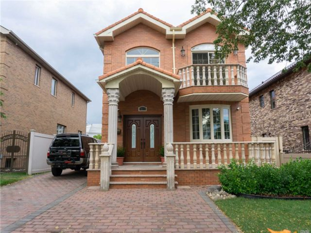 5 BR,  6.00 BTH  Contemporary style home in Fresh Meadows