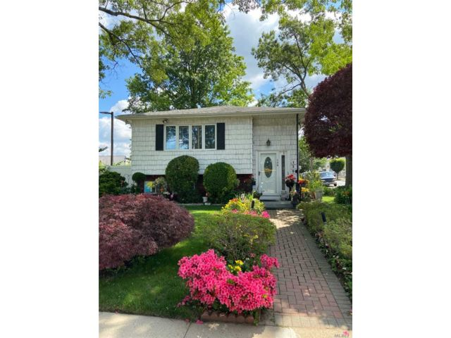 4 BR,  2.00 BTH Raised ranch style home in Garden City Park