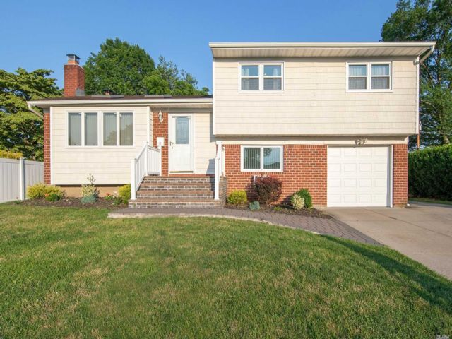 3 BR,  2.00 BTH Split level style home in Plainview