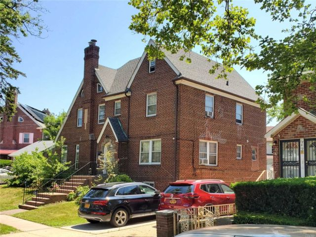 5 BR,  4.00 BTH Colonial style home in Jamaica Hills