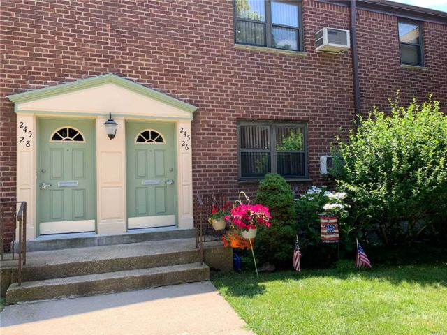 2 BR,  1.00 BTH Townhouse style home in Little Neck