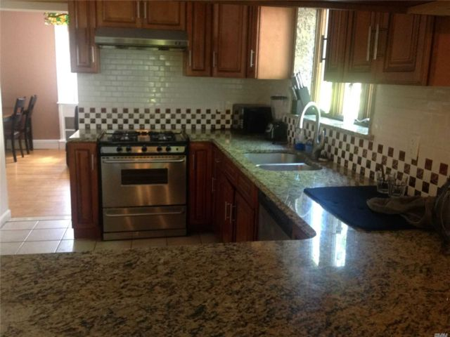 4 BR,  2.00 BTH 2 story style home in Huntington