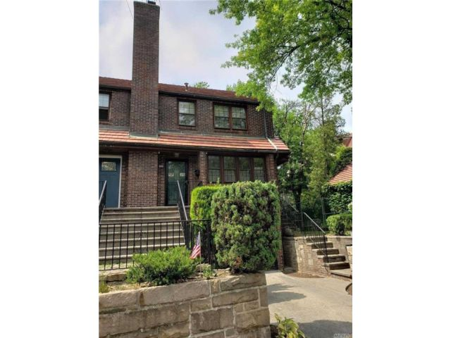 4 BR,  4.00 BTH Townhouse style home in Forest Hills