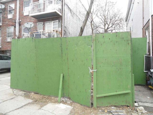 Lot <b>Size:</b> 20x100 Land style home in Flushing