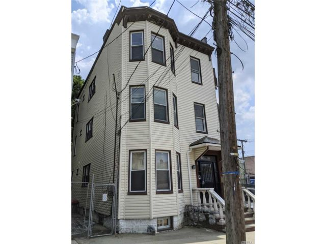 8 BR,  3.00 BTH Colonial style home in College Point