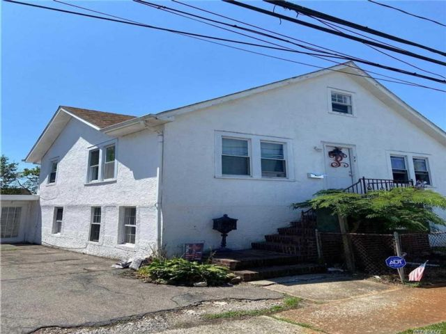 5 BR,  2.00 BTH 2 story style home in Island Park