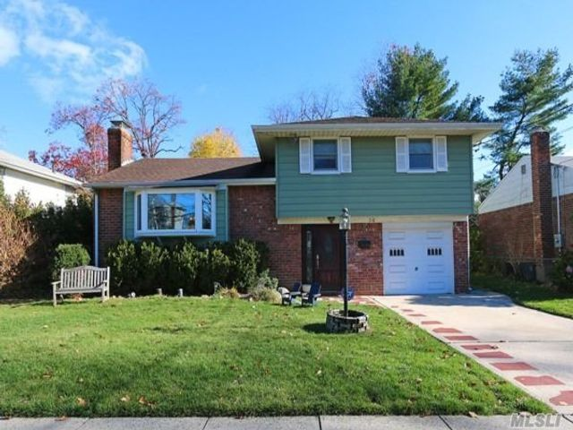 4 BR,  2.00 BTH  Split level style home in Roslyn Heights