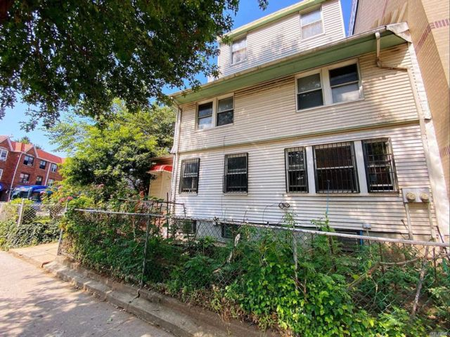 6 BR,  3.00 BTH Colonial style home in Elmhurst