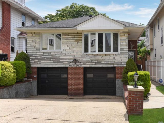 4 BR,  3.00 BTH Hi ranch style home in Flushing