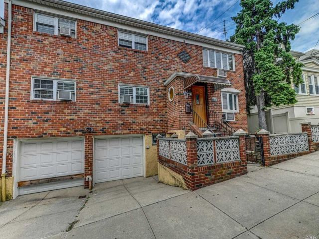 6 BR,  3.00 BTH Colonial style home in Middle Village