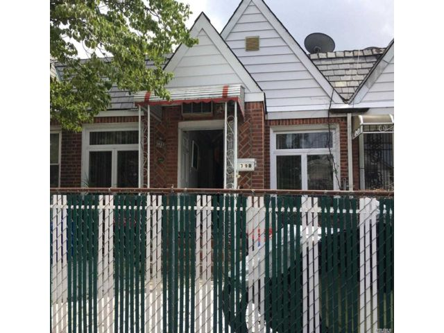 2 BR,  2.00 BTH Ranch style home in Rego Park