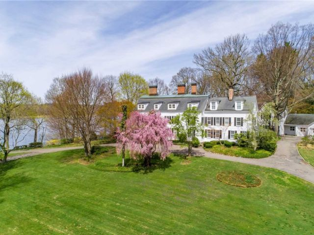 10 BR, 10.00 BTH Colonial style home in Roslyn Harbor