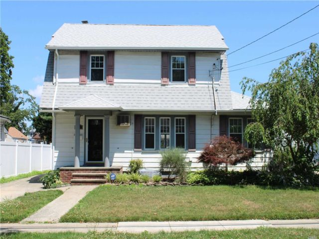 3 BR,  2.00 BTH  Colonial style home in North Baldwin