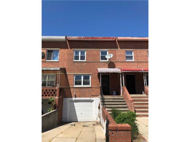 3 BR,  2.00 BTH Colonial style home in Flushing