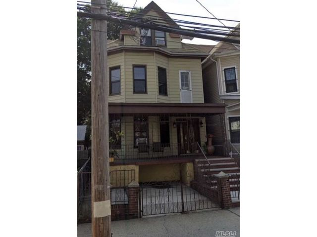 3 BR,  3.00 BTH  Colonial style home in Elmhurst