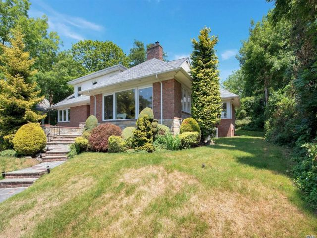 4 BR,  4.00 BTH Exp ranch style home in Great Neck