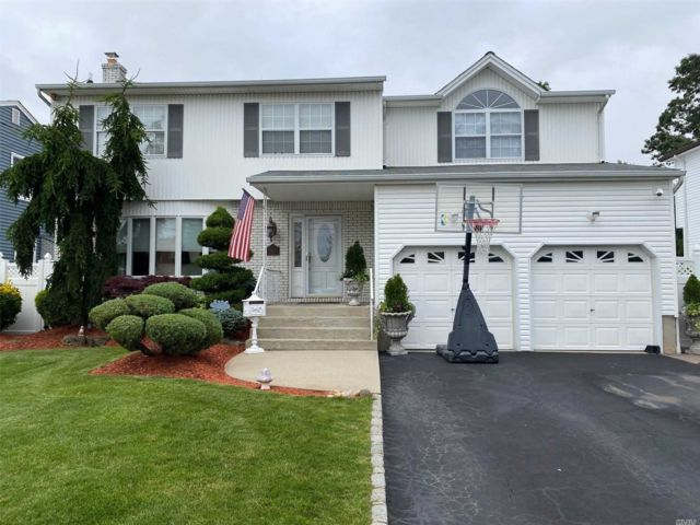 4 BR,  3.00 BTH Contemporary style home in East Meadow