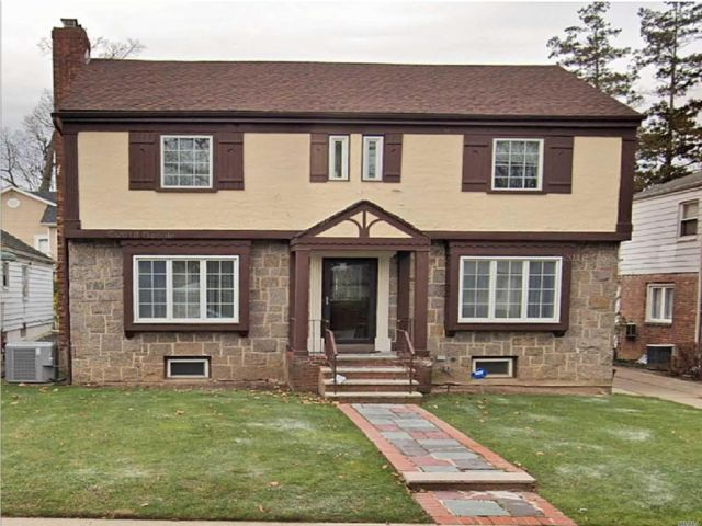 3 BR,  3.00 BTH  Colonial style home in Hollis Hills