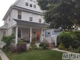 5 BR,  2.00 BTH  Colonial style home in Bayside