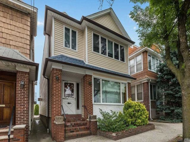 5 BR,  3.00 BTH Colonial style home in Glendale