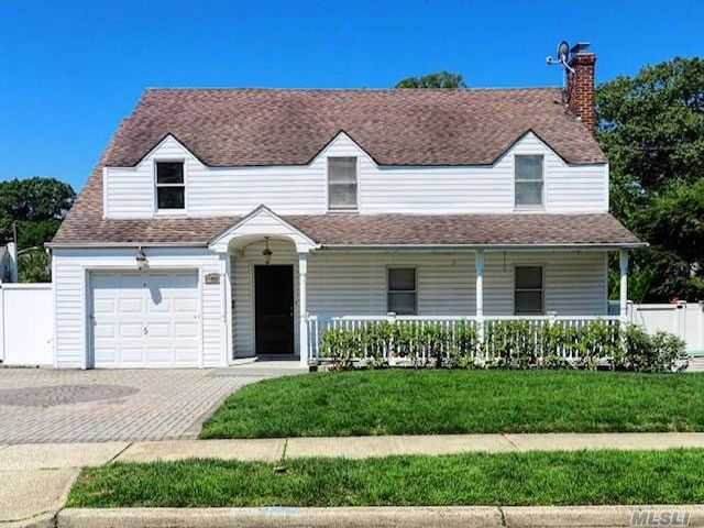 5 BR,  3.00 BTH Split level style home in West Hempstead