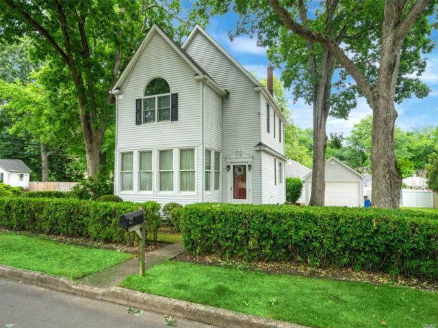 3 BR,  2.00 BTH 2 story style home in Smithtown