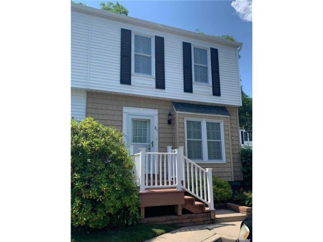 2 BR,  2.00 BTH  Townhouse style home in Amityville