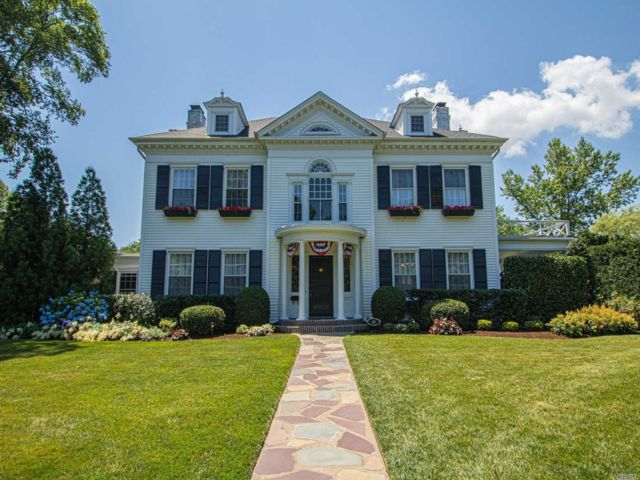5 BR,  4.00 BTH  Colonial style home in West Islip