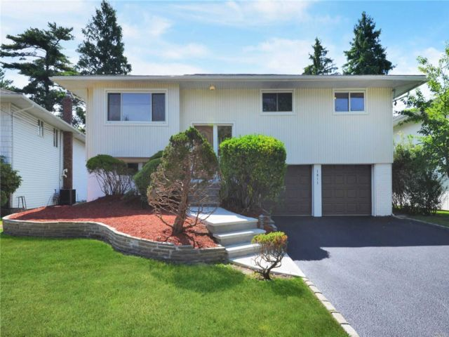 4 BR,  3.00 BTH Hi ranch style home in Woodmere