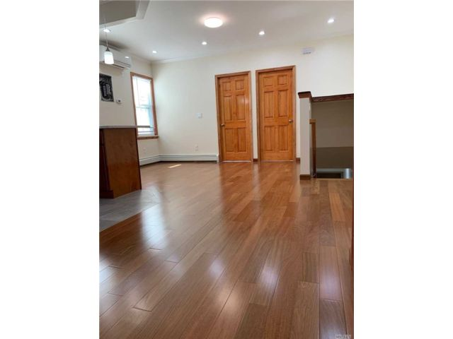 3 BR,  1.00 BTH Apt in house style home in Gravesend