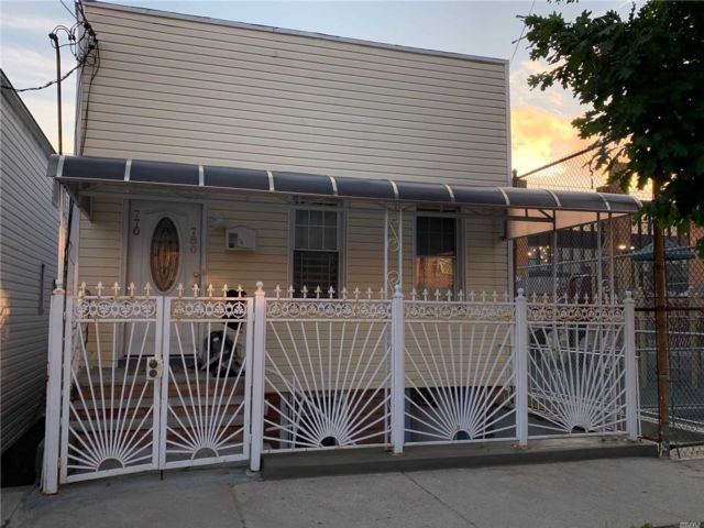 4 BR,  2.00 BTH Townhouse style home in Cypress Hills