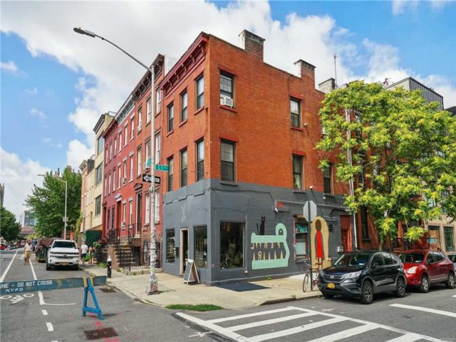 4 BR,  3.00 BTH Store+dwell style home in Williamsburg