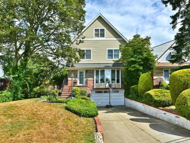 7 BR,  5.00 BTH  Colonial style home in Holliswood