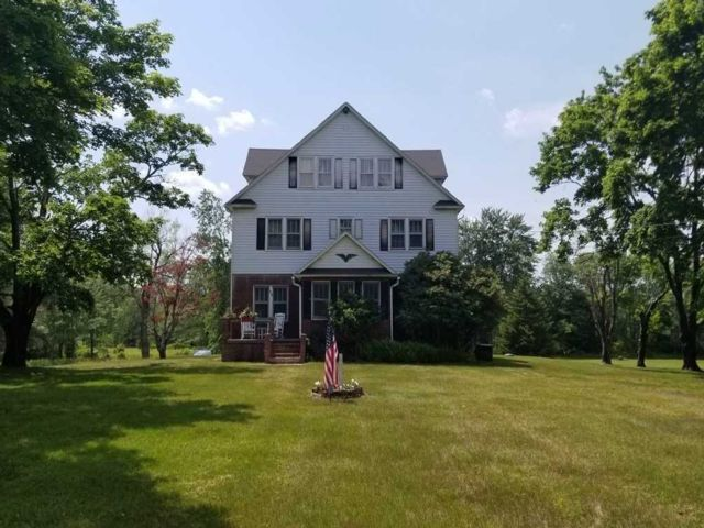 10 BR,  8.00 BTH  Colonial style home in Thompson