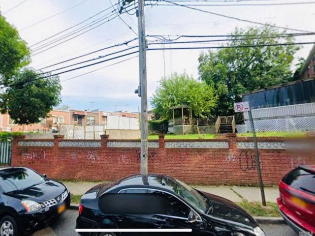 Lot <b>Size:</b> 41.01x83.57 Land style home in Flushing
