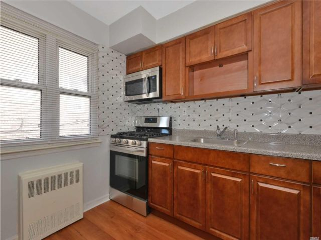 4 BR,  3.00 BTH  2 story style home in Jackson Heights