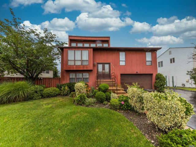 5 BR,  3.00 BTH Contemporary style home in Oceanside