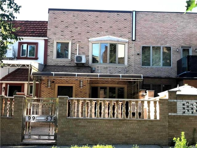 3 BR,  3.00 BTH Townhouse style home in Rego Park