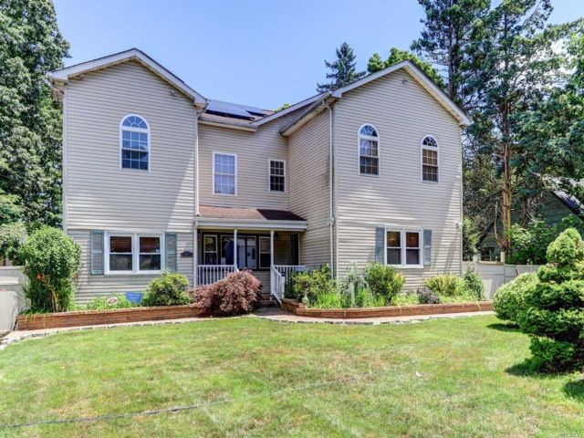 5 BR,  5.00 BTH Colonial style home in Bay Shore