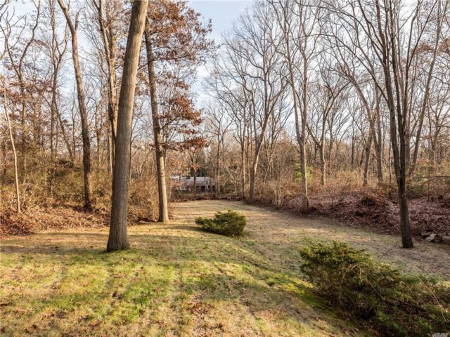 6 BR,  5.00 BTH Colonial style home in Muttontown
