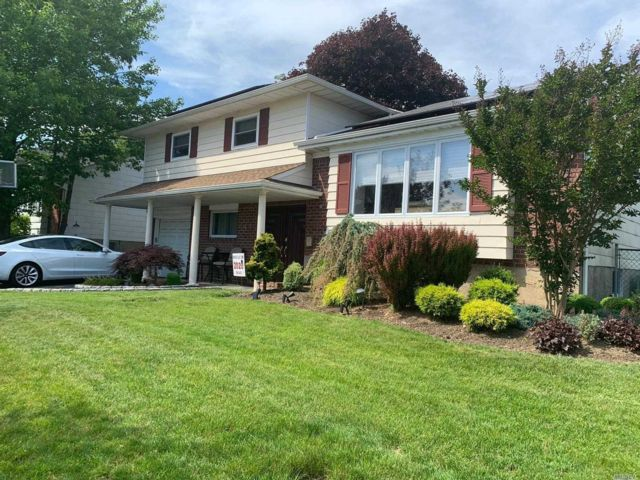 4 BR,  3.00 BTH Split level style home in Plainview